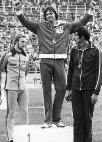 В 1976 году Брюс Дженнер завоевал золотую медаль в десятиборье