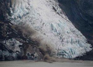 Ледник Эйяфьятлайокудль, находящийся вблизи от деревни Скогар