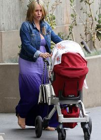 Дженнифер Лав Хьюитт гуляет с ребенком