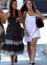 Дженнифер Лав Хьюитт гуляет с подругой