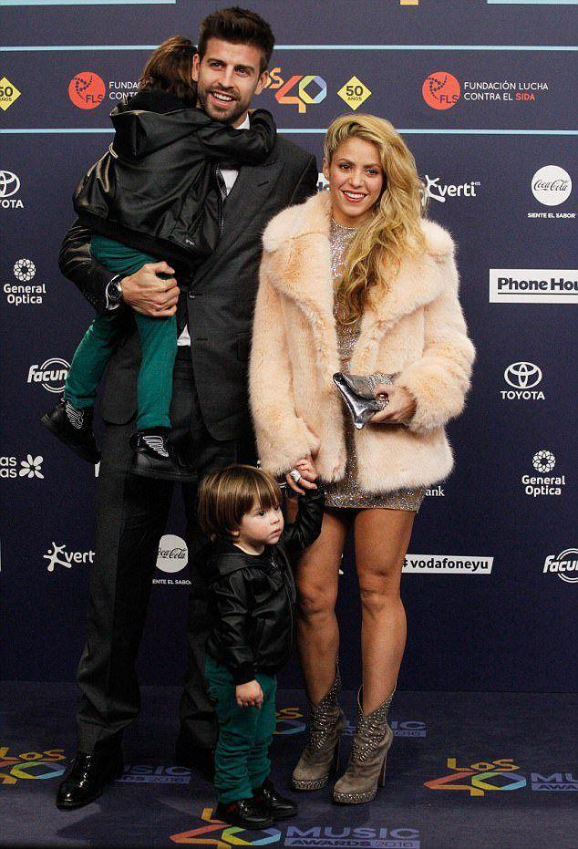 Шакира с гражданским мужем и сыновьями