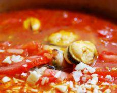 rajčatová polévka s rýží a mořskými plody