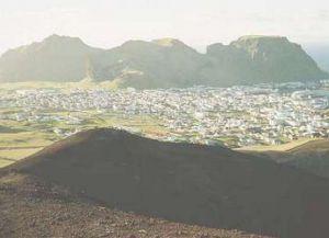 Вид с возвышенности на город Хеймаэй