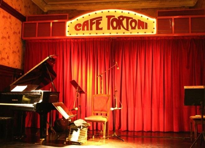 Сцена для выступлений в кафетерии