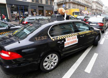 Такси выкрашены в черный либо белый цвет