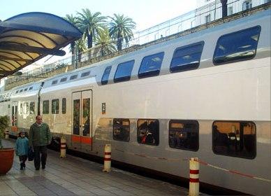 Двухэтажный вагон поезда нa станции Рабат (Rabat-ville)