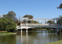 Ажурный греческий мост в парке Трес-де-Фебреро