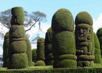 Тулькан, фигуры из кипариса на кладбище