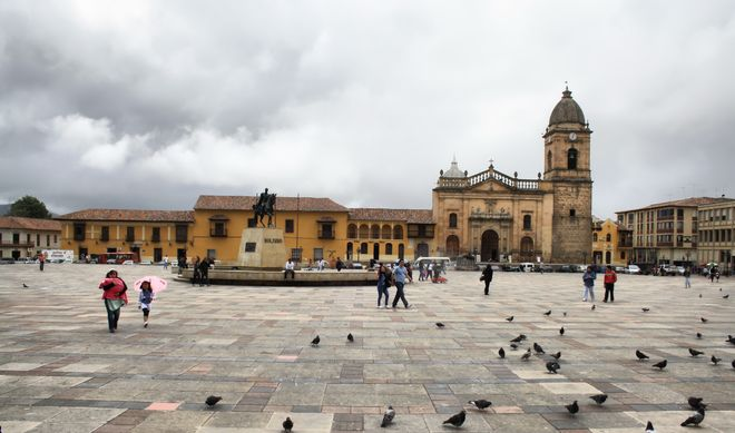 Центральная площадь Тунхи с Кафдеральным собором и памятником Симона Боливара