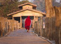 Монах на мосту