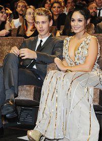 Ванесса Хадженс со своим парнем на мероприятии