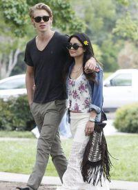Ванесса Хадженс со своим парнем на прогулке