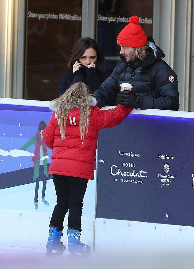 Виктория Бекхэм с дочерью и мужем на катке в минувшие выходные