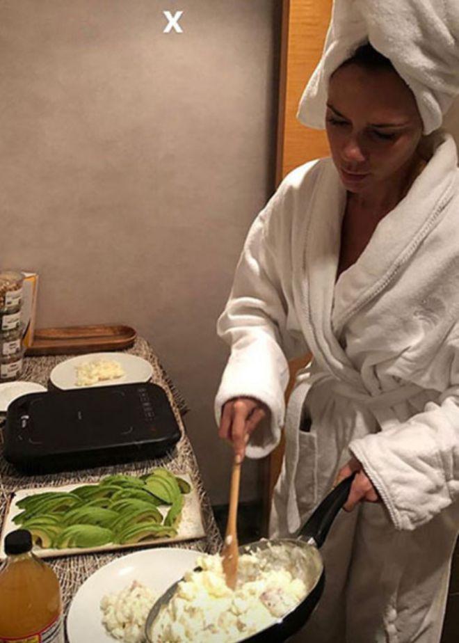 Виктория Бекхэм готовит завтрак