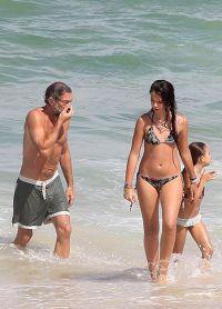 Дочери Венсана, которые живут с Моникой в Италии, частенько навещают отца