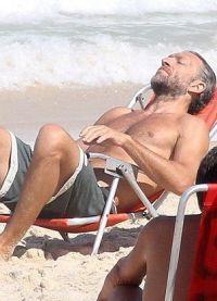 Актер принимает солнечные ванны