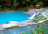 Лагуна, в которую впадают водопады Блю Хоул