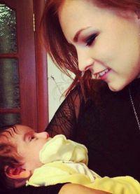 Мэрилин Керро с племянницей на руках
