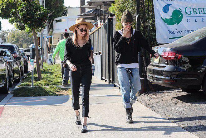 Девушки непринужденно прогулялись по улице