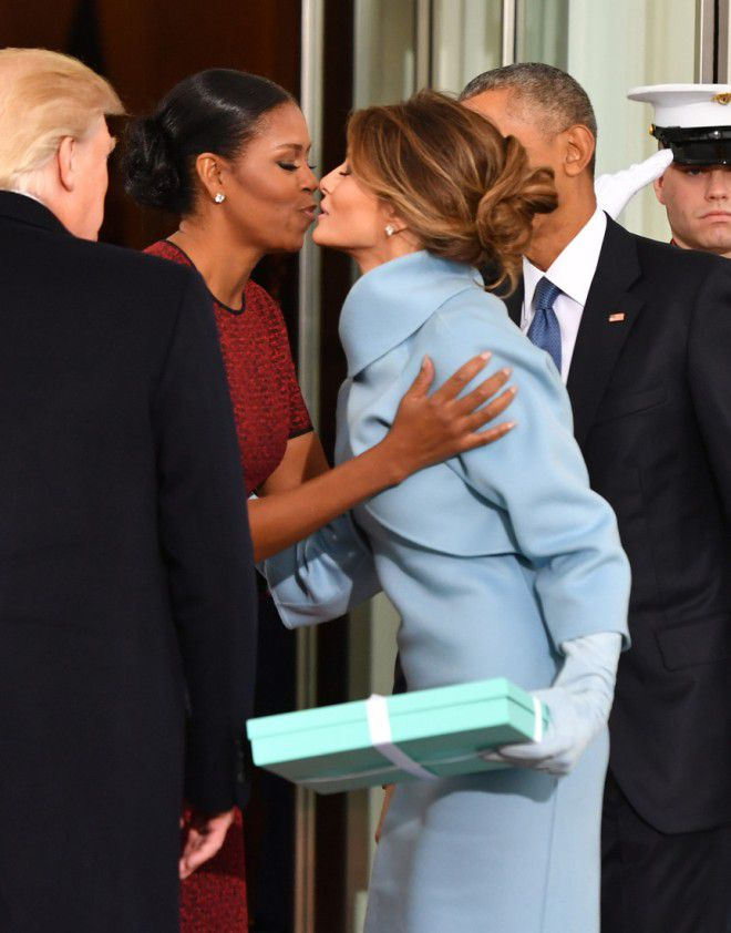 Приветствие двух первых леди