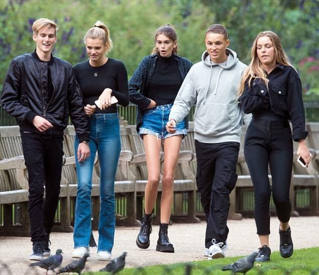 Кайя Гербер во время прогулки вместе с братом и друзьями