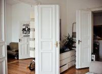 Białe drzwi we wnętrzu 1