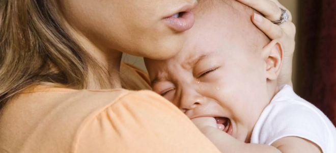 Почему ребенок начинает плакать во время кормления
