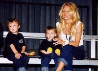 Памела Андерсон с сыновьями, 1999 год