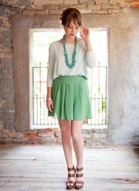 Шта носити са зеленом сукњом 7