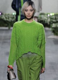 Какво да носите със зелен пуловер6