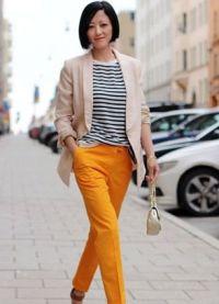 Co se nosit s hořčicími kalhotami 4