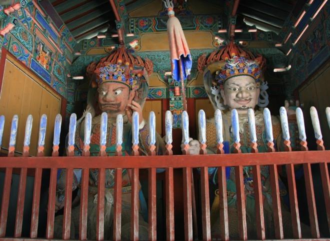 Внутри храма Вольчжонса