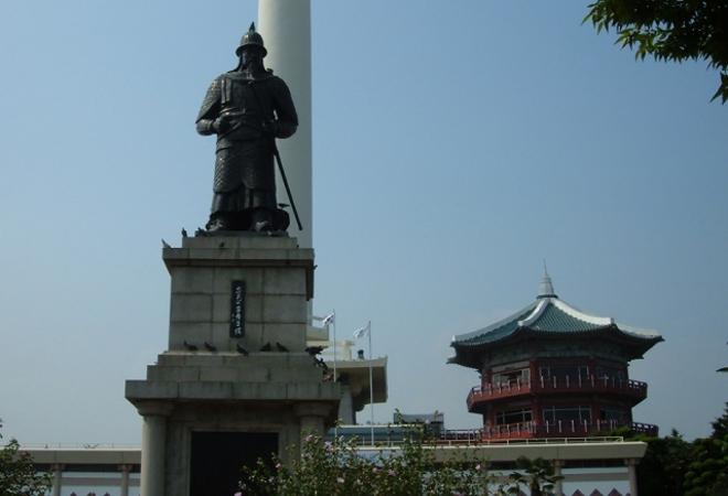 Статуя Ли Сан Сина