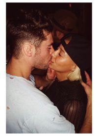 Зак Эфрон и Сэми Миро целуются