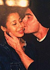 Зак Эфрон целует в щеку Сэми Миро